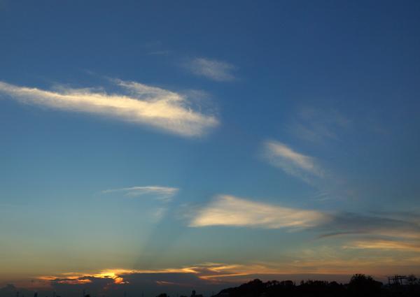雲を切る薄明光線: 朝焼け・夕焼...
